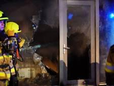 Grote schade aan Wijchense supermarkt door nachtelijke brand: ook panden beklad met witte verf
