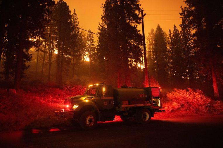 De brandweer Californië probeert de bosbranden in de staat te stoppen. Alle bewoners van de stad South Lake Tahoe zijn geëvacueerd.  Beeld EPA