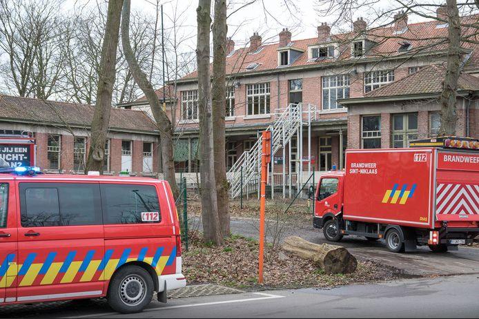 Jongeren dringen vaak binnen in de leegstaande schoolgebouwen. De brandweer moest dit jaar ook al ter plaatse komen voor een brandstichting.