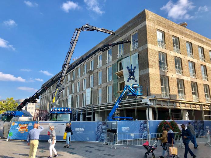 Verbouwing C&A pand in Eindhoven, vitrines worden geplaatst.