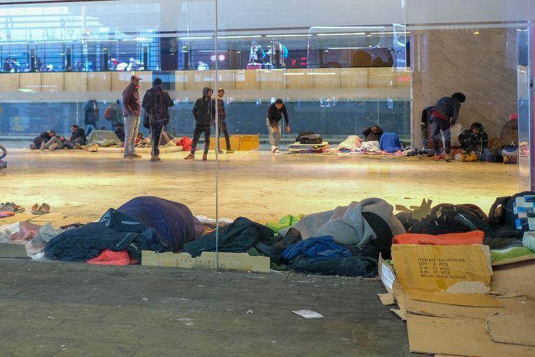Transitmigranten in het Noordstation. Beeld Marc Baert