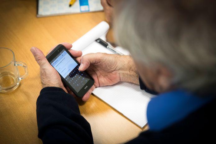 Ouderen kunnen bellen met 14010, een 'hulplijn' tijdens de coronacrisis. Voor als ze geen boodschappen durven doen, om een praatje  verlegen zitten of hun medicijnen niet zelf kunnen halen.