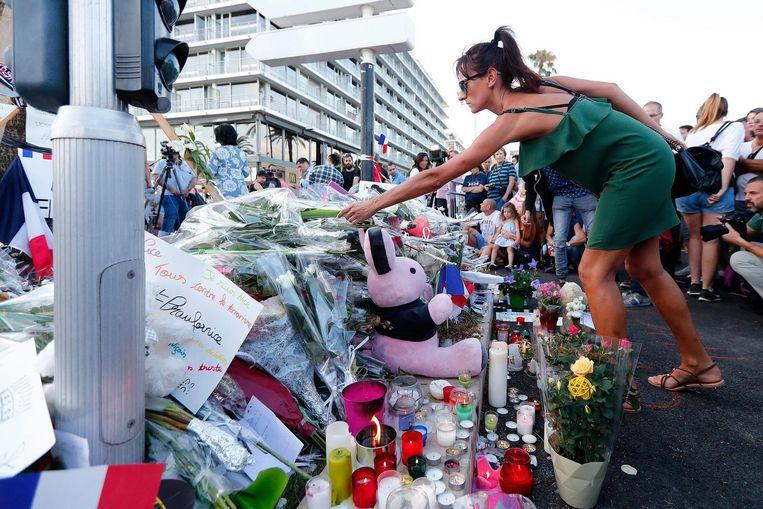 Mensen laten bloemen, knuffels en kaarten achter bij geïmproviseerde gedenkplaatsen op de boulevard. Beeld epa