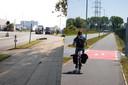Links de Transcontinentaalweg vandaag: het fietspad in stenen eindigt plots. Rechts hoe het overal wordt: een vrijliggend fietspad in asfalt (Kwarikweg).