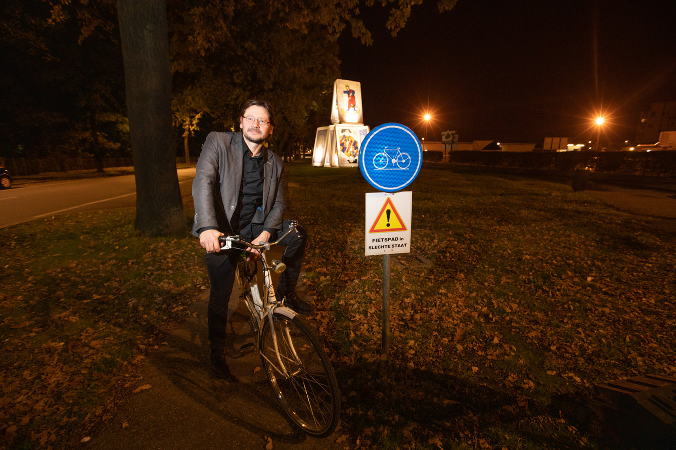 Raadslid Gert Stas aan het fietspad op de Speelhoflaan, bij het bordje 'Fietspad in slechte staat'.