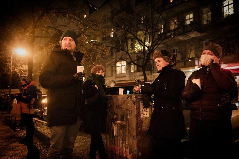 Glühweingezelligheid op de Helmholzplatz. 'We kunnen toch niet de hele tijd aan al het leed in de wereld denken?' Beeld DANIEL ROSENTHAL
