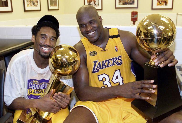 Bryant viert het NBA-kampioenschap van 2000 met Shaquille O'Neal. Beeld afp