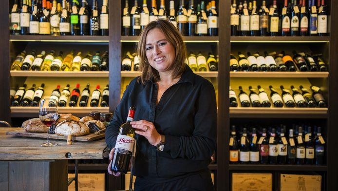 Monique van der Klaauw in de wijnhandel annex delicatessenzaak aan het IJsselvere in Oudewater