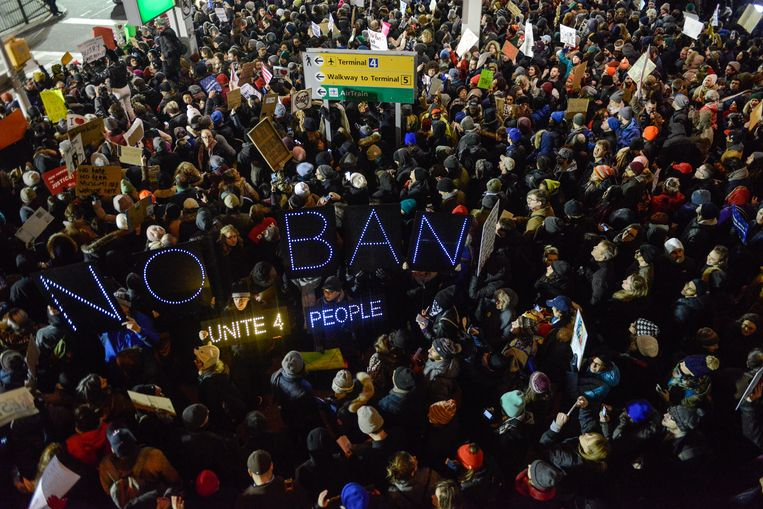 Protest tegen het beleid van Trump in de luchthaven JFK in New York.  Beeld AFP