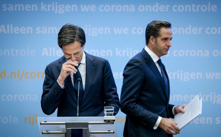 Demissionair Premier Mark Rutte en demissionair minister Hugo de Jonge (Volksgezondheid, Welzijn en Sport) geven een toelichting op de extra coronamaatregelen in Nederland. Beeld ANP