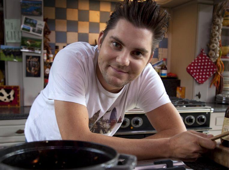 'Ik durf nu te zeggen dat ik trots ben op wie ik ben en wat ik doe. Ik ben een prima tv-kok. Dat is niet niets, en evenmin is het heel veel.' (Foto: Meus in het eerste seizoen van 'Dagelijkse kost', in 2010.) Beeld