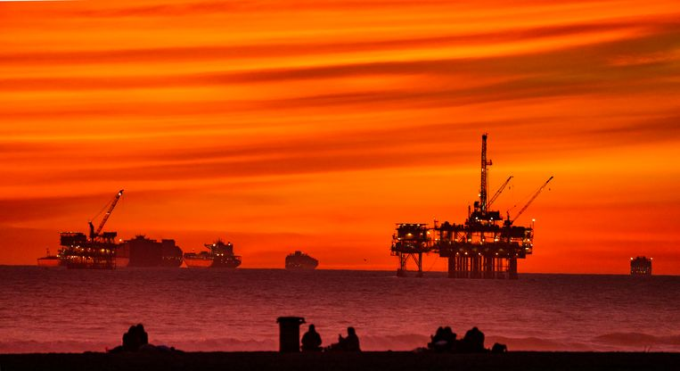Booreilanden voor de Californische kust. Het winnen van fossiele brandstoffen zal bij naleving van het klimaatakkoord van Parijs mogelijk snel onrendabel worden.  Beeld Getty
