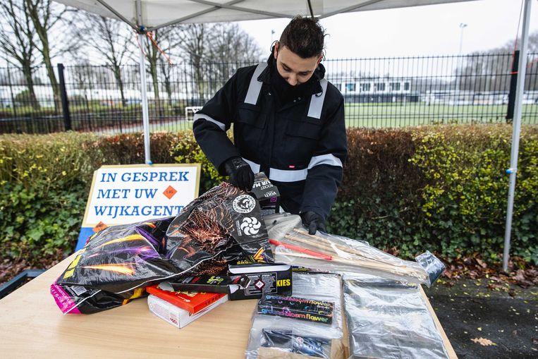 Een medewerker laat ingeleverd vuurwerk zien bij een inleverpunt van de gemeente Rotterdam.  Beeld ANP