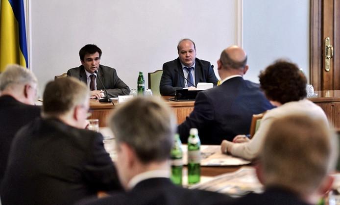 De bijeenkomst wordt geleid door de Oekraïense minister van Buitenlandse zaken Klimkin (links) en de vice-chef van de presidentiële administratie Chaly (rechts).
