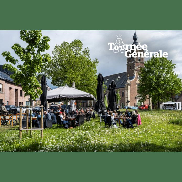 Het groene terras van café Madelon op de Dries van Opdorp.