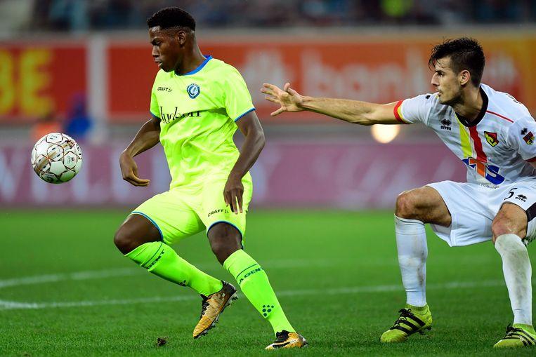 Jonathan David is Nemanja Mitrovic van Jagiellonia te snel af. Het jonge talent van Gent tekende voor goal nummer 3. Beeld Photo News
