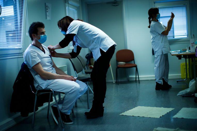 Uit studies blijkt dat wie hoest en niest meer mensen besmet dan iemand zonder symptomen.  Beeld AP