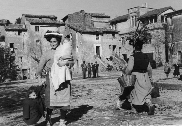 Daar op het plein is niemand speelt zich af in het Italiaanse dorp Treja. Beeld Getty Images