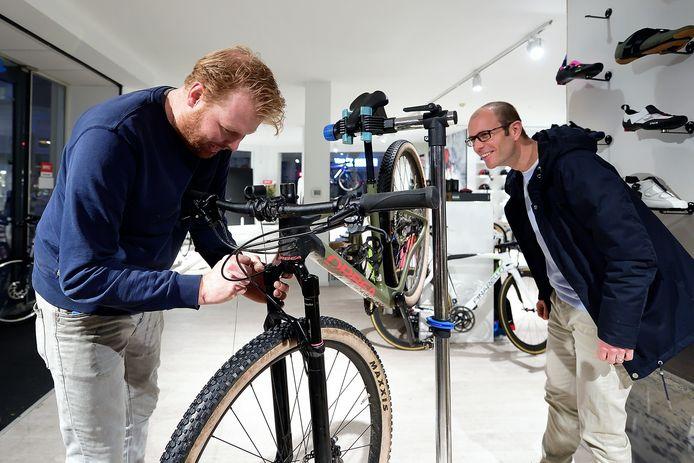 Wouter Wilting van Studio Velo sleutelt aan de mountainbike van Eric van de Watering.