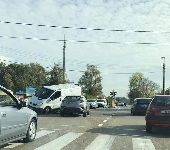 Een bestelwagen kwam na het ongeval bovenop een andere auto tot stilstand.