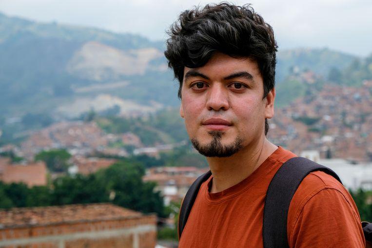 De broer van Juan Diego Mejia is vermist sinds december 2002. Op de achtergrond is de wijk Comuna 13 te zien, met hogerop La Escombrera en La Arenera, de stortplaats en zandmijn waar de lijken vermoedelijk begraven liggen.  Beeld Ynske Boersma