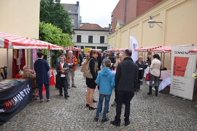 De artiestenmarkt vond opnieuw plaats in de tuin van hotel d'Hane Steenhuyse.