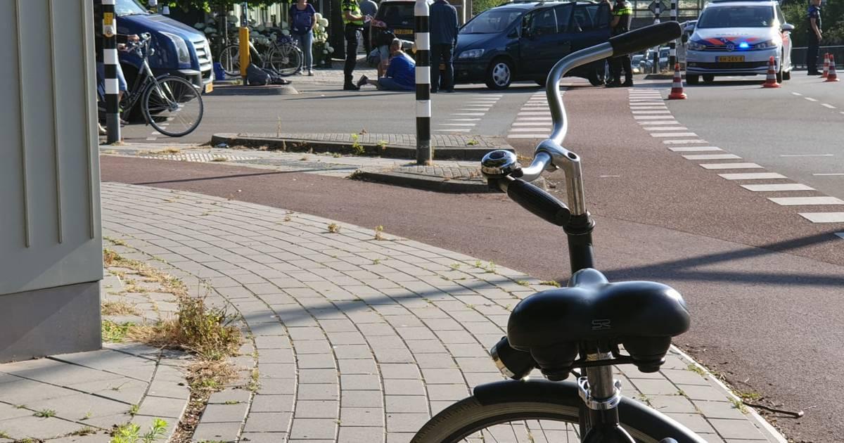 Vrouw gewond in Hengelo na botsing tussen auto en scooter.