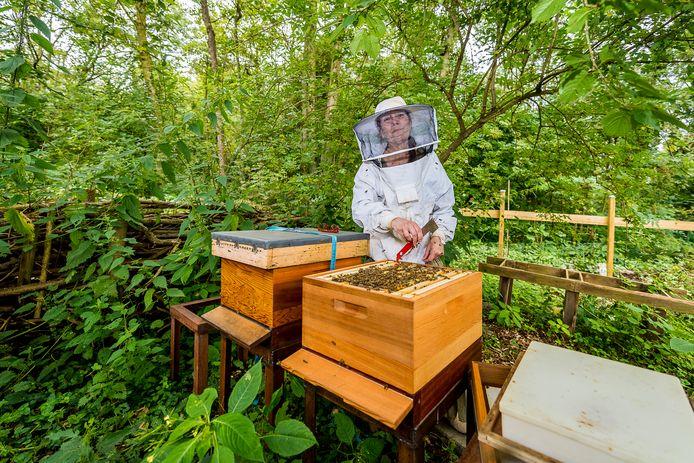 Imker Judith Kraak bij haar bijen. Om de biodiversiteit in haar wijk te vergroten is ze een crowdfunding begonnen om 1000 vierkante meter aan bollen te planten.
