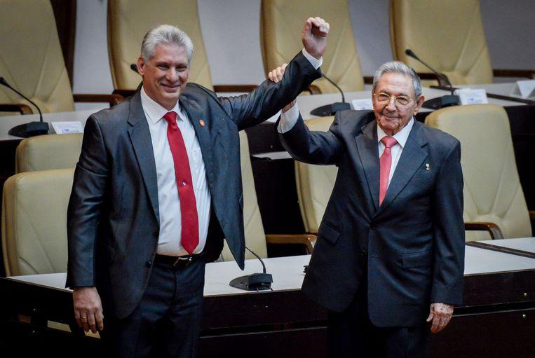 Miguel Diaz-Canel (links) met Raúl Castro (rechts).  Beeld AFP