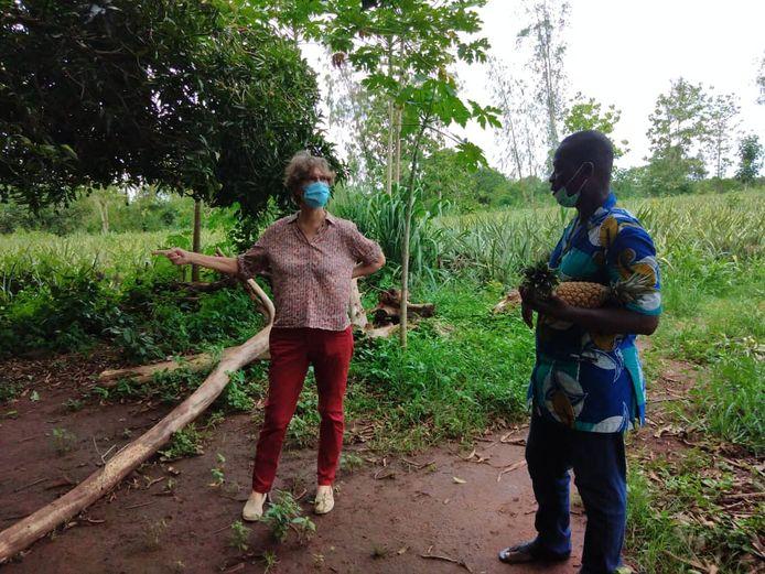 Wilma Frouke Baas overlegt met een lokale boer in Benin. Mondkapjes zijn al vanaf het begin van de pandemie verplicht.