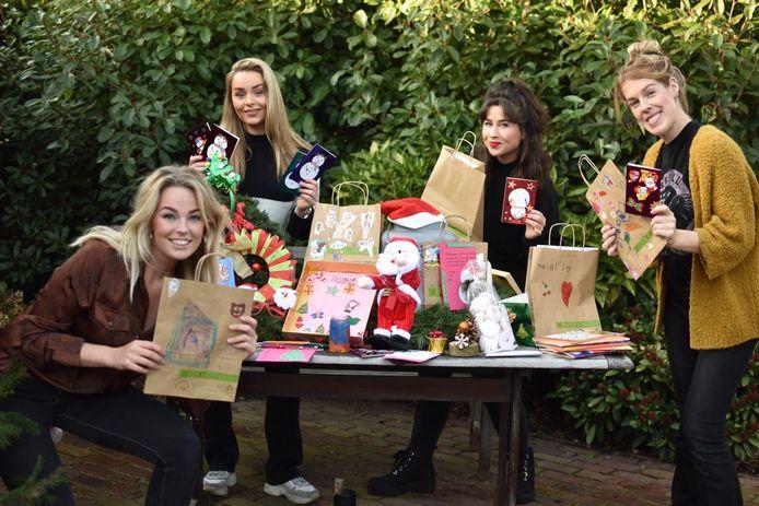 Een deel van de vriendinnengroep, Anne de Weert, Britt den Ouden, Nina van Wordragen en Petri van de Langenberg, met de gekregen spullen.