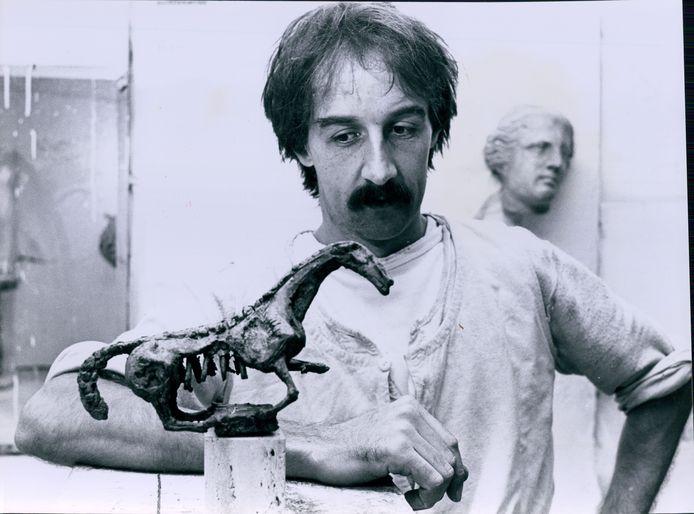 Kunstenaar Cees Willemsen met een miniatuur van zijn bronzen paard dat jarenlang voor het Natuurmuseum stond.