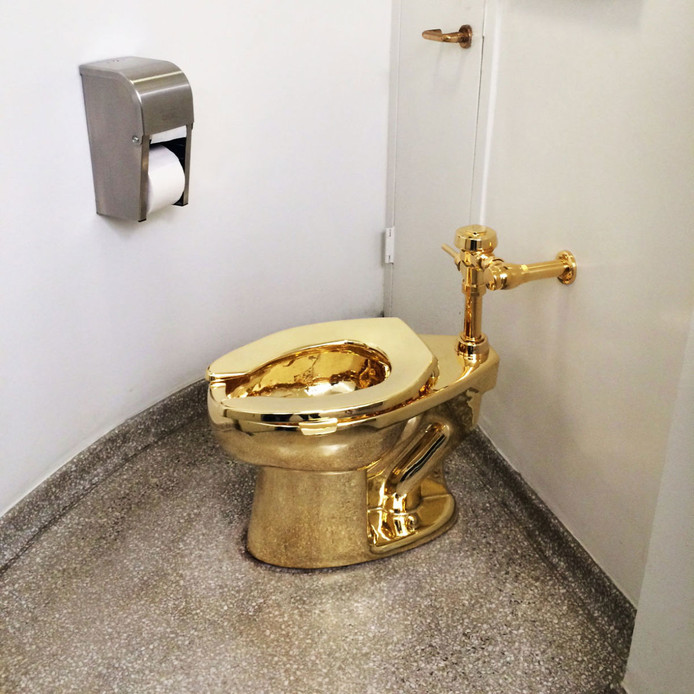 Het gouden toilet in een expositie in het Guggenheim-museum in New York.