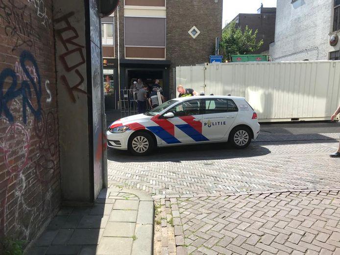 Bij de ontruiming van het pand aan de Bloemstraat is politie aanwezig