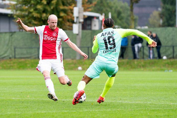 Davy Klaassen, hier terug bij Ajax in het oefenduel met AZ, moet de balans gaan bewaken in het team van Erik ten Hag.