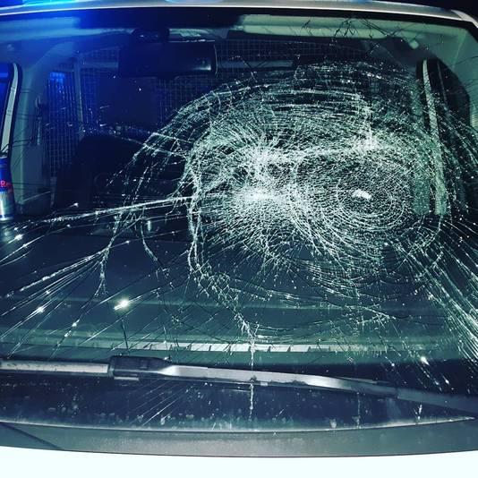 In Gennep werd deze jaarwisseling een politiewagen vernield.