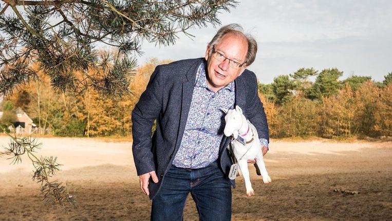 Jos van de Sande met een plastic geit die hij kreeg van de Partij voor de Dieren. Het beeldje fungeerde in een verkiezingscampagne. Beeld Jiri Buller / de Volkskrant