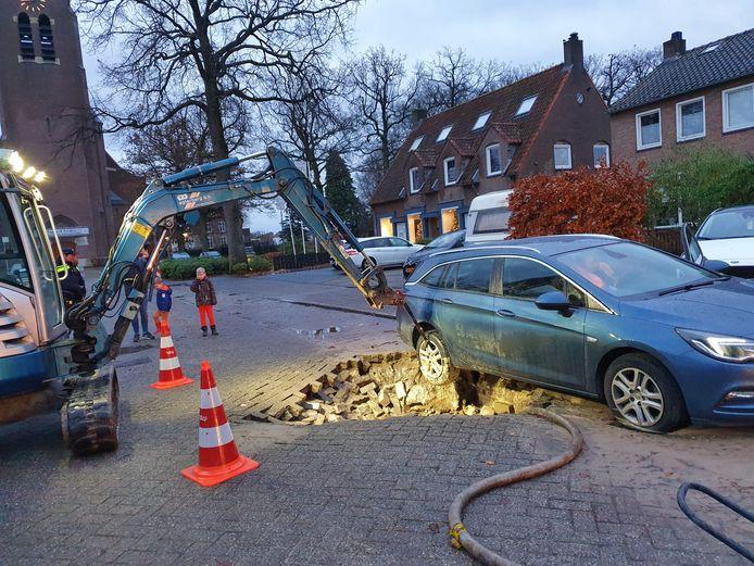 Sinkhole op de Kerklaan in Hoogland, na de zesde waterleidingbreuk in een paar dagen tijd.