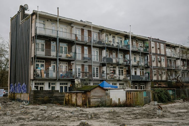 Woonblokken met huurwoningen aan de Kramatweg in Amsterdam-Oost, waarvan een deel is gesloopt.  Beeld Marc Driessen
