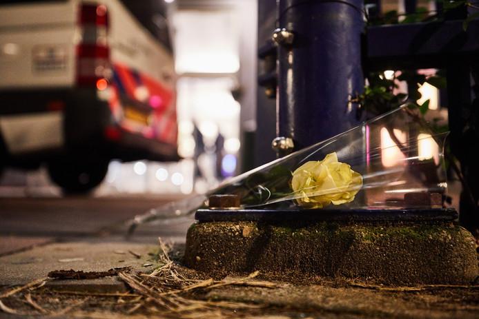 Een witte roos ligt bij de poort van het Designcollege aan de Essenburgstraat in Rotterdam, waar de 16-jarige Humeyra werd doodgeschoten.
