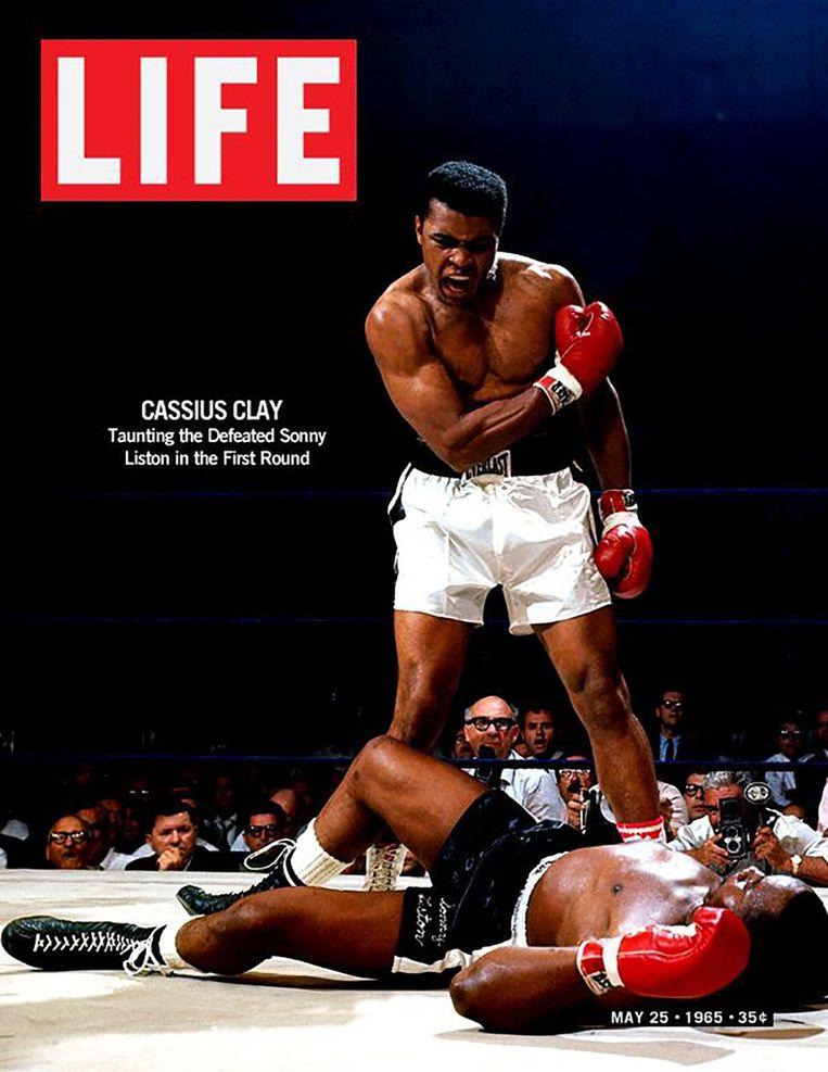 25 mei 1965. Op de cover van Life: Muhammad Ali velt de legendarische Sonny Liston in de eerste ronde. Beeld rv