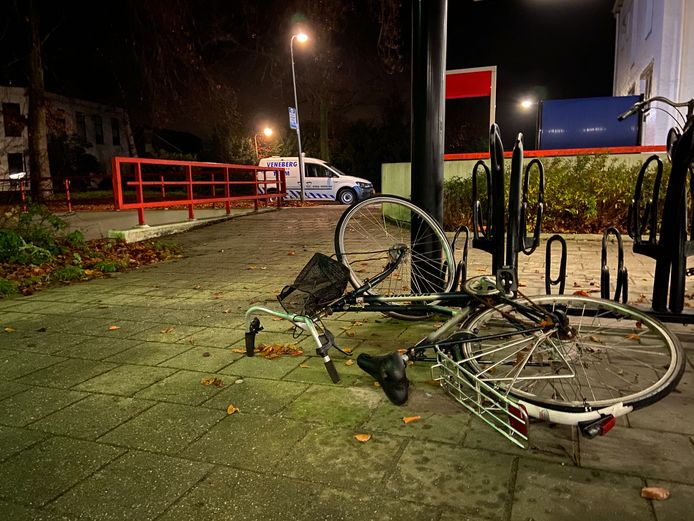 Telkens worden fietsen vernield op station Vroomshoop. Maar dat is niet het enige. Mensen worden geïntimideerd door hangjongeren, bovendien zou er drugs gedeald worden op het station.