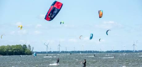 Reddingsbrigade Rockanje redt 31 kitesurfers: grote problemen door wind en ijskoud water