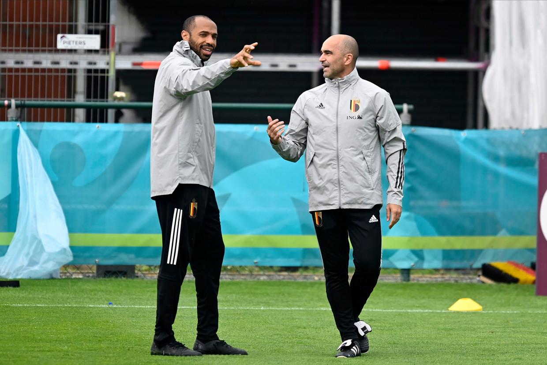 Bondscoach Roberto Martínez met assistent Thierry Henry, die ook de oversteek naar Spanje zou maken. Beeld Photo News