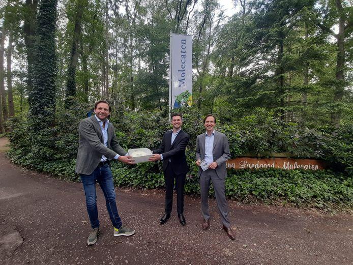 Commercieel directeur Edwin Peterman heeft de verjaarsdagstaart afgeleverd bij Molecaten, de hoofdsponsor van PEC Zwolle. Het was een van de 110 taarten die vrijdag werden bezorgd bij sponsoren, vrijwilligers en mede-jarigen.