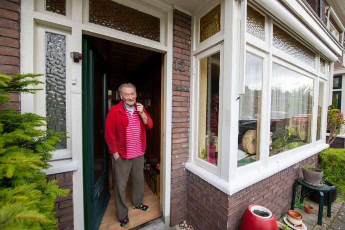 """Henk van Kampen in de deuropening van zijn jaren dertig woning. ,,Ik woon hier nog prima. Verhuizen naar een appartementje met geraniums voor het raam kan altijd nog."""""""