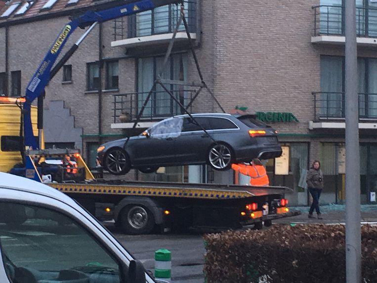 De Audi A6 met Nederlands kenteken die achterbleef aan de bank. Beeld Toon Royackers