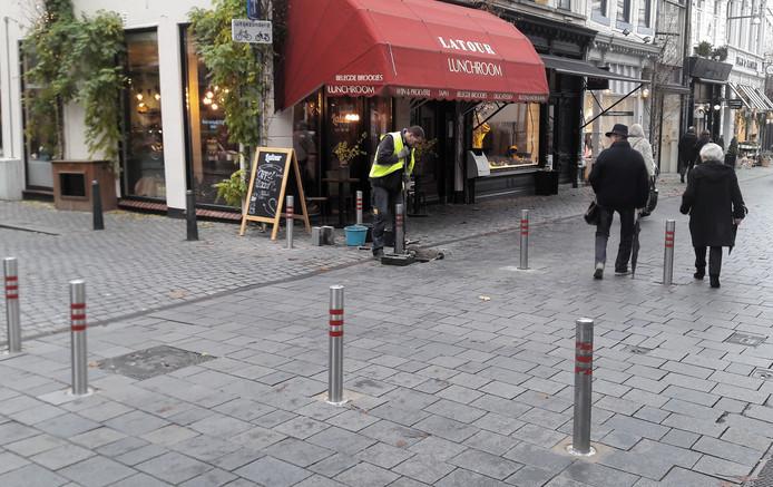 Paaltjes worden geplaatst op de kruising van de Veemarktstraat en Annastraat in de binnenstad van Breda.