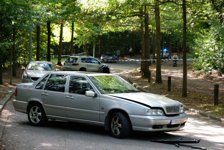 Twee mannen dwongen de medewerker om in zijn eigen auto te stappen en duwden hem later uit het voertuig.