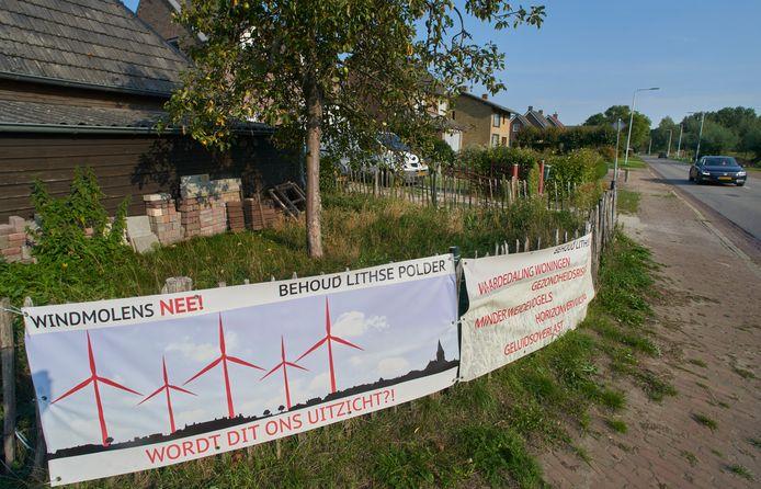 Met spandoeken geven bewoners aan dat ze tegen windmolens in de polder bij Lith zijn.